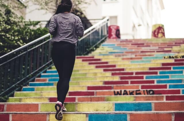 žena stúpajúca po schodoch