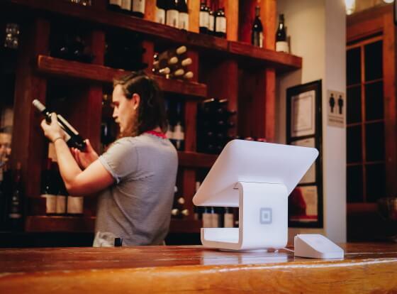 čašník vo vinárni s vínom v ruke