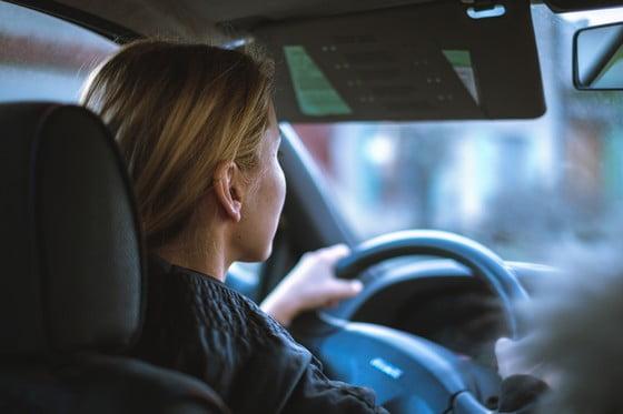 žena šoférujúca auto