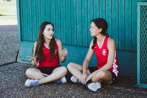 rozprávajúce sa dievčatá