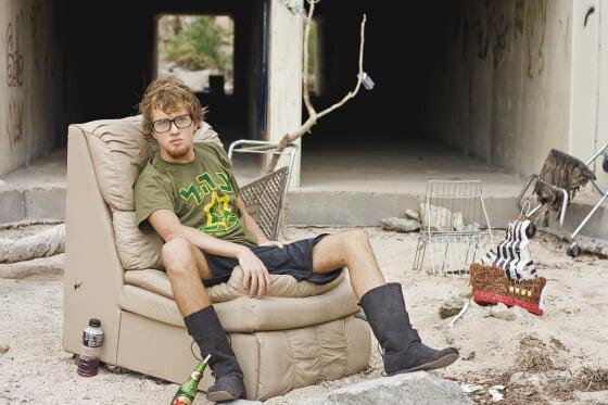 nečinný muž sedia vonka na fotelke
