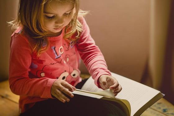 malé dieťa číta knihu