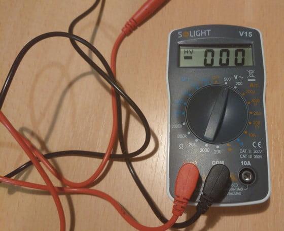 multimeter nastavený na meranie napätia