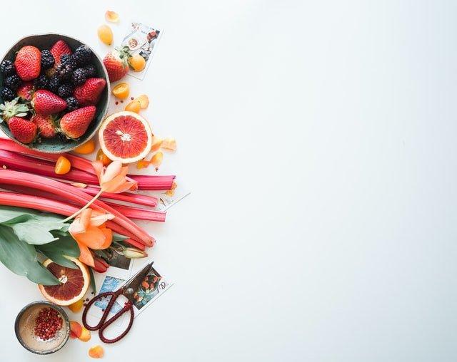 Zdravé jedlo na bielom pozadí