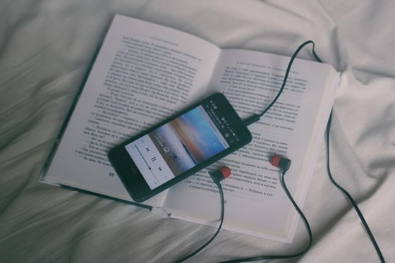 kniha s počúvaním hudby