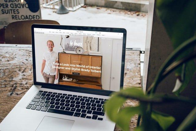 notebook s otvorenou webstránkou
