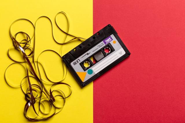 magnetofónová páska na žlto červenom pozadí
