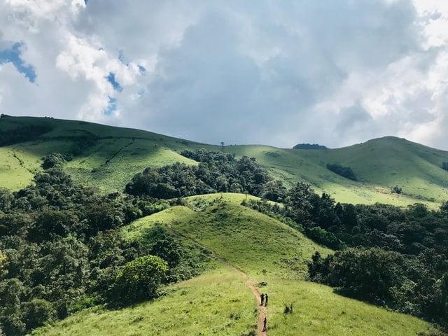 ľudia ktorí kráčajú na kopec