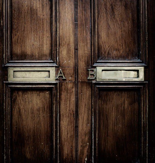 dvere s nápisom A a B