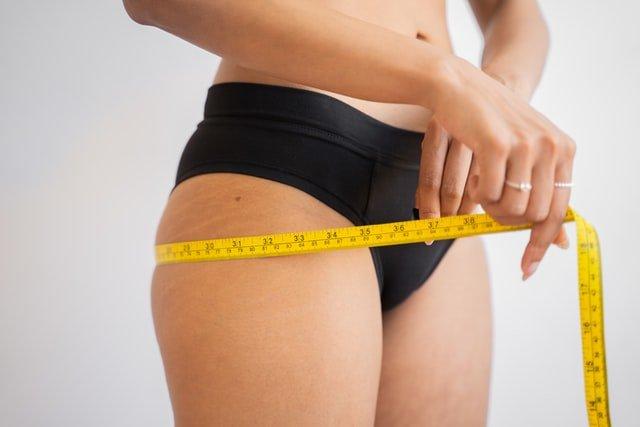 žena ktorá si meria boky