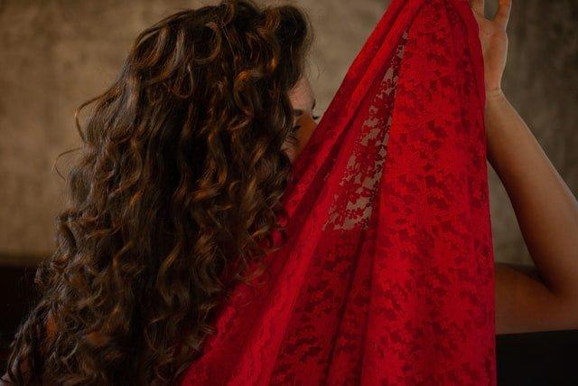 žena so sexi červenými šatami