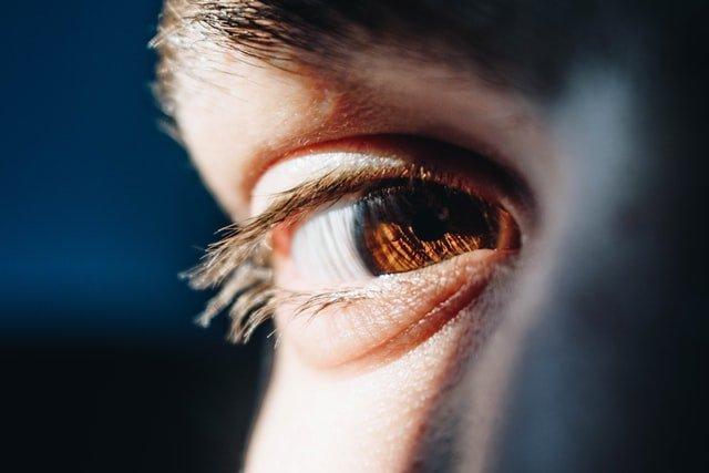 žena s hnedými očami
