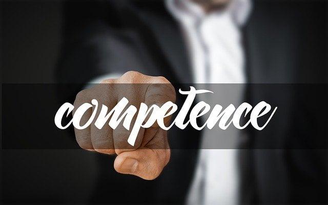 osoba ukazuje na nápis kompetencia